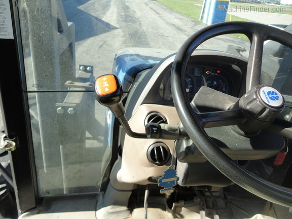 2004 New Holland TS100A Deluxe Cab Image 16