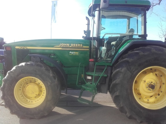 John Deere 8210