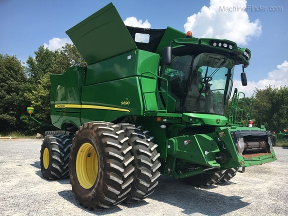 Photo of the 2016 John Deere S690