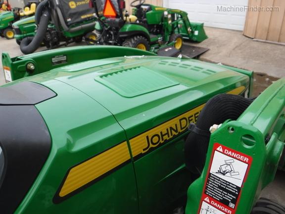 John Deere 3046R