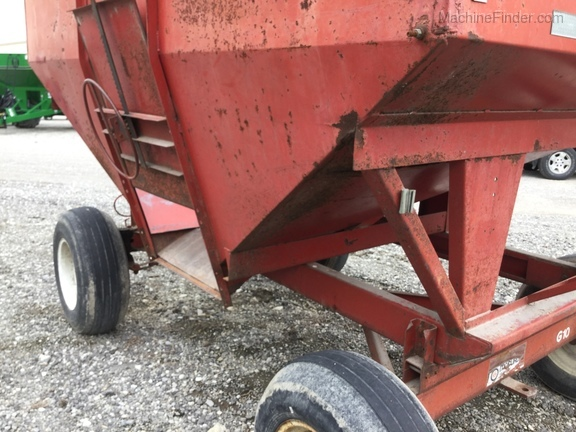 Unverferth 250 BU wagon/ with extensions Image 10