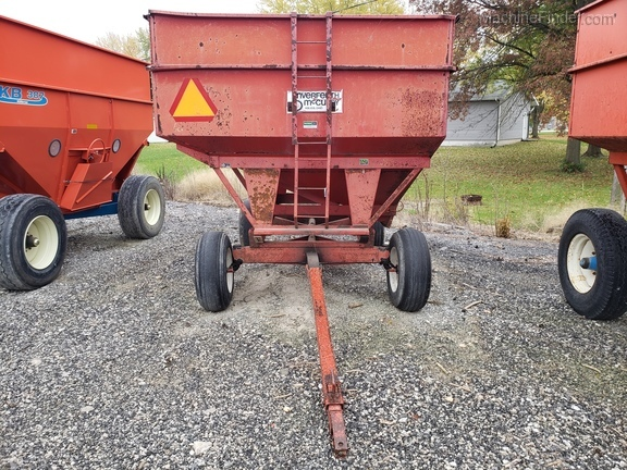 Unverferth 250 BU wagon/ with extensions Image 5
