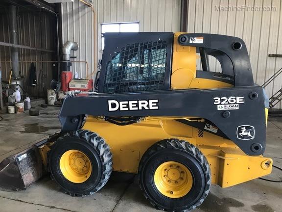 John Deere 326E