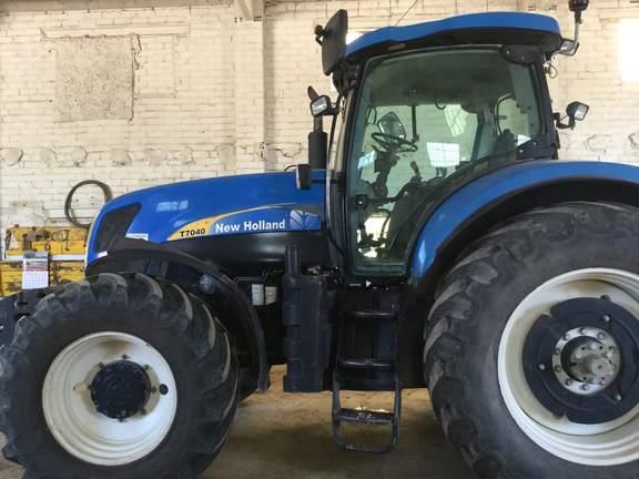 New Holland NH. 7040